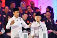 17日、インドネシア大統領選のテレビ討論会で発言するジョコ大統領(左)=アンタラ通信