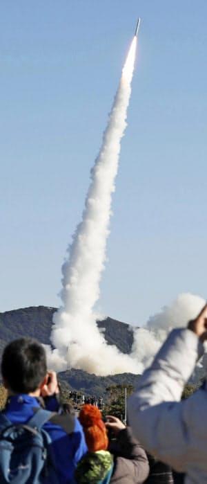 上昇する小型ロケット「イプシロン」4号機(18日午前、鹿児島県肝付町)=共同