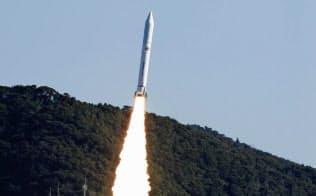 7基の衛星を搭載して打ち上げられる小型ロケット「イプシロン」4号機=共同