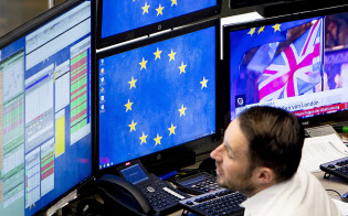 英国のEU離脱問題に世界の市場関係者も注目している(16日、フランクフルト)=AP