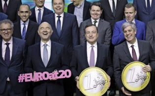 ユーロは導入20年を迎えたが、ユーロ圏改革は道半ばだ(前列右から2人目はECBのドラギ総裁)=AP