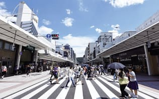 京都市は中心部の四条通で歩道を広げて車道を2車線に半減。車の交通量が4割減った