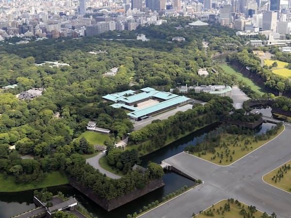 皇居宮殿。写真奥が東御苑