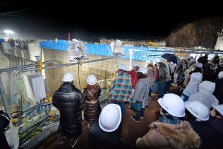 建設中の八ツ場ダムを地元ガイドが夜に案内するツアー(2018年12月、群馬県長野原町)