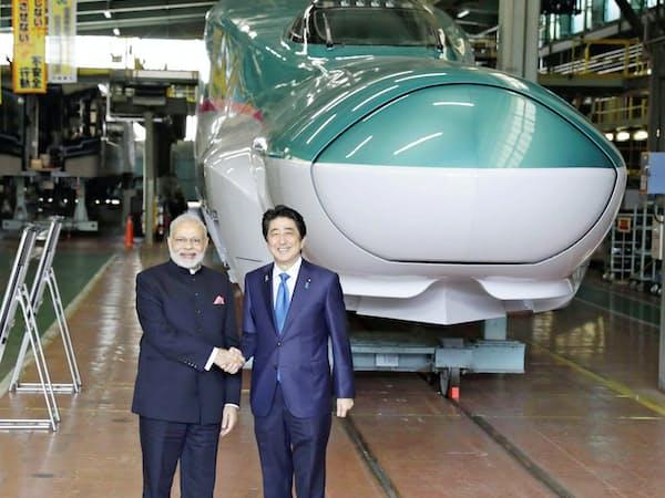 官民挙げてインフラ輸出に取り組んできた(2016年、インドのモディ首相と握手する安倍首相)