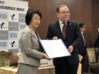 連携協定を結んだ林文子横浜市長(左)とソフトバンクの青野史寛専務執行役員(18日、横浜市役所)