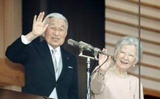 天皇誕生日を祝う一般参賀に集まった人たちに手を振る天皇、皇后両陛下(2018年12月23日、皇居)