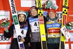 W杯ジャンプ女子第8戦で2位になり笑顔の高梨沙羅(左)。中央は優勝したダニエラ・イラシュコ、右は3位のカタリナ・アルトハウス(18日、クラレ蔵王シャンツェ)=共同
