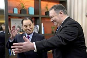 米ワシントンのホテルで会談に臨むポンペオ米国務長官(右)と北朝鮮の金英哲朝鮮労働党副委員長(18日)=ロイター