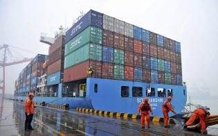 中国の2018年12月の輸出額は追加関税の影響で米国との貿易が低迷し、前年同月の水準を下回った(中国・青島の港に停泊するコンテナ船)=AP