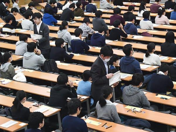 大学入試センター試験に臨む受験生(19日午前、東京都文京区の東京大学)