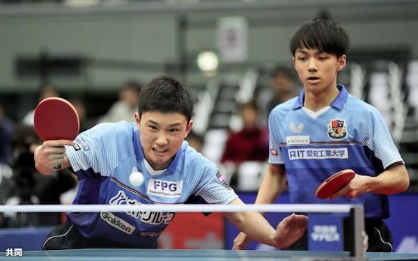 男子ダブルスで優勝した木造(右)、張本組(19日、丸善インテックアリーナ大阪)=共同