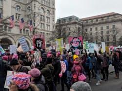 首都ワシントンのホワイトハウス近くを行進するデモ参加者ら