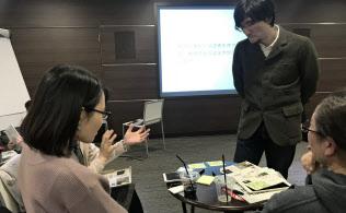 科学者の池田さん(写真右奥)は各テーブルを回りながら質問に答えたり、議論に参加したりします(文部科学省)
