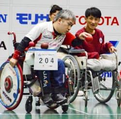 チームの韓国戦でボールを投げる広瀬隆喜(20日、東京都新宿区)=共同