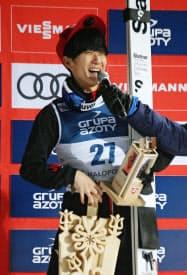 W杯ジャンプ男子個人第14戦で3位に入り、表彰台で笑顔の佐藤幸椰(20日、ザコパネ)=共同