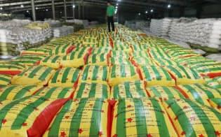 精米されたコメがミャンマーの国旗柄を模した袋に詰められ、欧州への輸出を待つ(ヤンゴン)