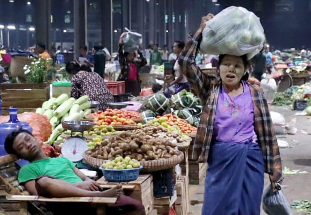 昨年開業した卸売市場。生産や流通の近代化で新鮮な青果物が消費者に届いている(ヤンゴン)