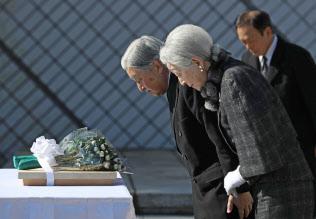 「戦没船員の碑」に献花し、拝礼する天皇、皇后両陛下(21日午後、神奈川県横須賀市の観音崎公園)=代表撮影