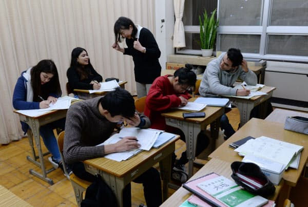 夜間中学で日本語を学ぶ外国人(12月、東京都葛飾区)