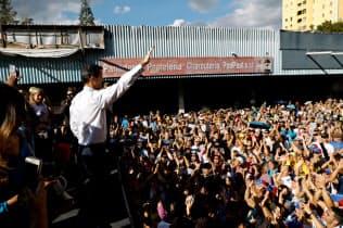 19日、カラカスで、ベネズエラのマドゥロ政権に抗議する集会を開く野党支持者ら=ロイター