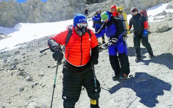 南米大陸最高峰アコンカグアへの登頂を断念し、下山する三浦雄一郎さん(手前)ら(20日)=ミウラ・ドルフィンズ提供、共同