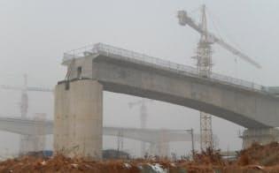 中国政府は景気対策でインフラ投資も積み増す(河南省鄭州市の高速鉄道建設現場)