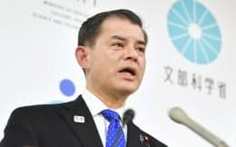 記者会見する柴山文科相(22日午前、文科省)