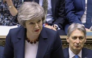 英国はメイ首相の後押しで企業統治指針を改訂した=AP