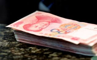 中国では国有企業向けの融資が増える一方で、民間企業向けが縮小している=ロイター