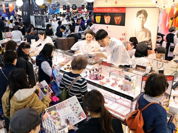 「アムール・デュ・ショコラ」には来店客が詰めかけている(名古屋市中村区)