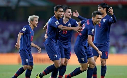 プロサッカー熱が急激に高まった国ほど、給料の未払いが起きやすい(写真はアジアカップ決勝トーナメントに進出したタイ代表)=ロイター