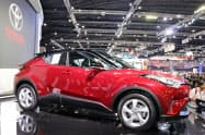 トヨタはタイでSUV「C―HR」などのハイブリッド車を販売している(17年11月の現地自動車ショー)