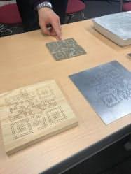 微小な穴を用い、金属板や木版にも2次元コードを埋め込める
