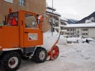毎日行き交う通行人や車が事故を起こさないように除雪車が活躍している