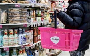 フランスのスーパー、カジノのニース店で顧客が買い物をしている=ロイター