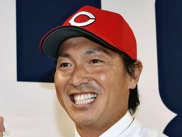 入団記者会見を終え、広島のユニホーム姿でポーズをとる長野久義外野手(23日、マツダスタジアム)=共同