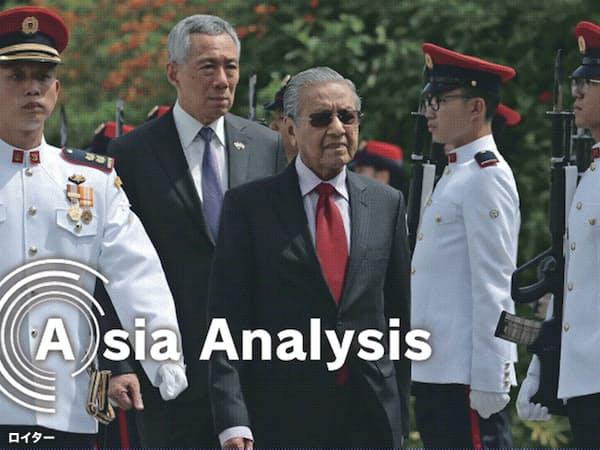 シンガポールのリー・シェンロン首相(左から2番目)はマレーシアのマハティール首相(中央)に冷静な対話を呼び掛けるが…(18年11月、シンガポールでの首脳会談)=ロイター
