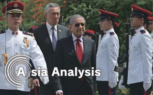 シンガポールのリー?シェンロン首相(左から2番目)はマレーシアのマハティール首相(中央)に冷静な対話を呼び掛けるが…(18年11月、シンガポールでの首脳会談)=ロイター