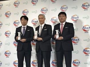 洗浄力を高めた「アタック ゼロ」の発売を発表する花王の沢田道隆社長(中)