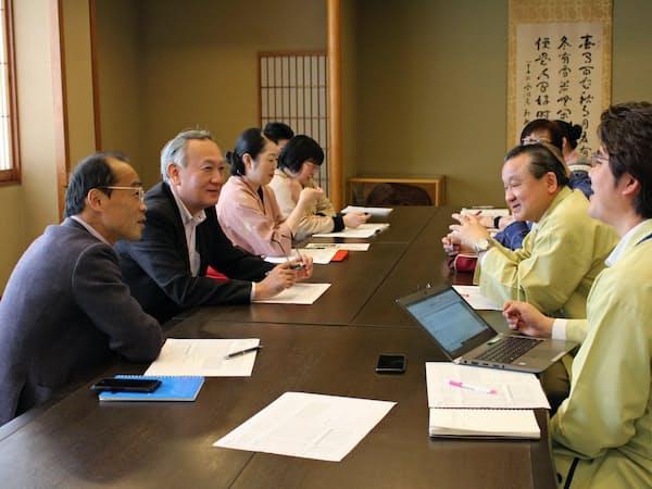 花月では毎月、各部門の責任者が経営会議を開く(2018年12月、新潟県湯沢町)