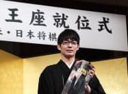 就位式でトロフィーを受け取る斎藤慎太郎王座(23日午後、東京都千代田区)