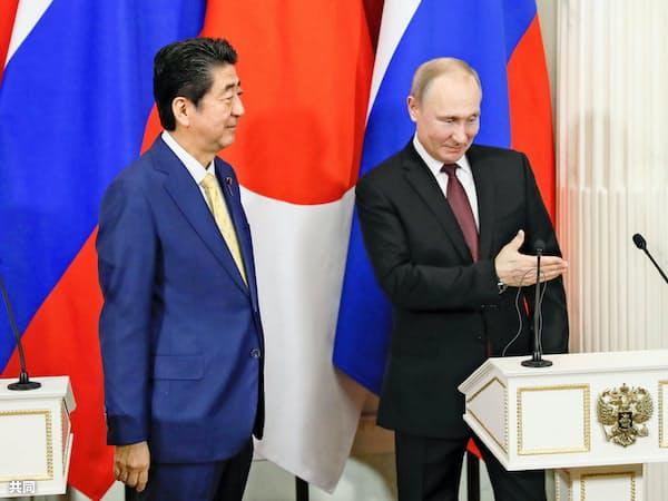安倍首相(左)とロシアのプーチン大統領=共同