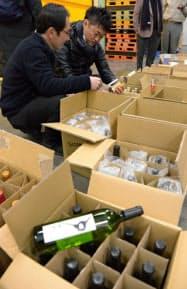 出荷前にアルコール度数などをチェックするKOJの担当者(23日、山梨県笛吹市のルミエール)