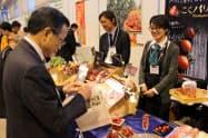 会場の展示ブースには大勢のバイヤーが訪れた(23日、宇都宮市)