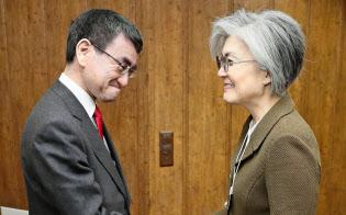 会談前に韓国の康京和外相(右)と握手する河野外相=23日、スイス・ダボス(共同)