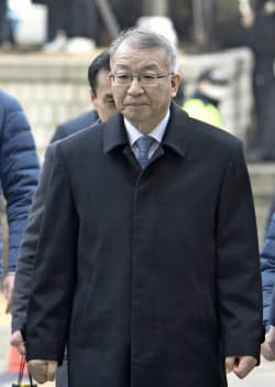 23日、ソウル中央地裁に出頭した梁承泰・前最高裁長官=共同