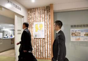 家宅捜索のため大阪市建設局に入る大阪地検特捜部の係官ら(24日午前、大阪市住之江区)