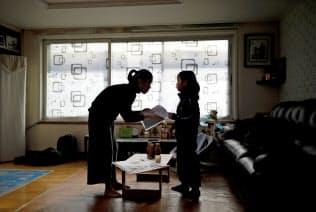 厳しい老後が待ち受ける韓国では同時に、少子化も重い課題だ。(2018年12月、ソウル市の自宅で登校準備を急ぐ母親と娘)=ロイター