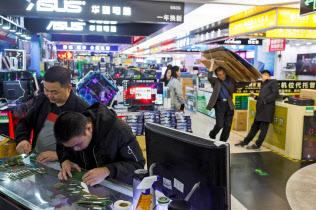 ハイテク関連の分厚い企業集積が、わずか30年ほどで深圳を世界的な起業の都市に変貌させた。(2018年12月、深圳市の電気街)=ロイター